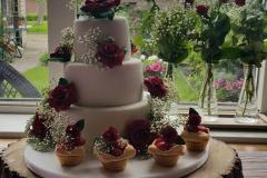 bruidstaart rode rozen