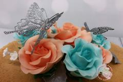close up rozen en vlinders